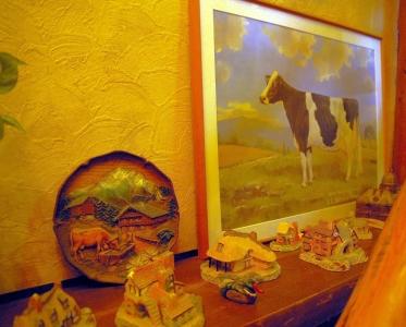ウッヂィーな階段とマスコットの牛調度品
